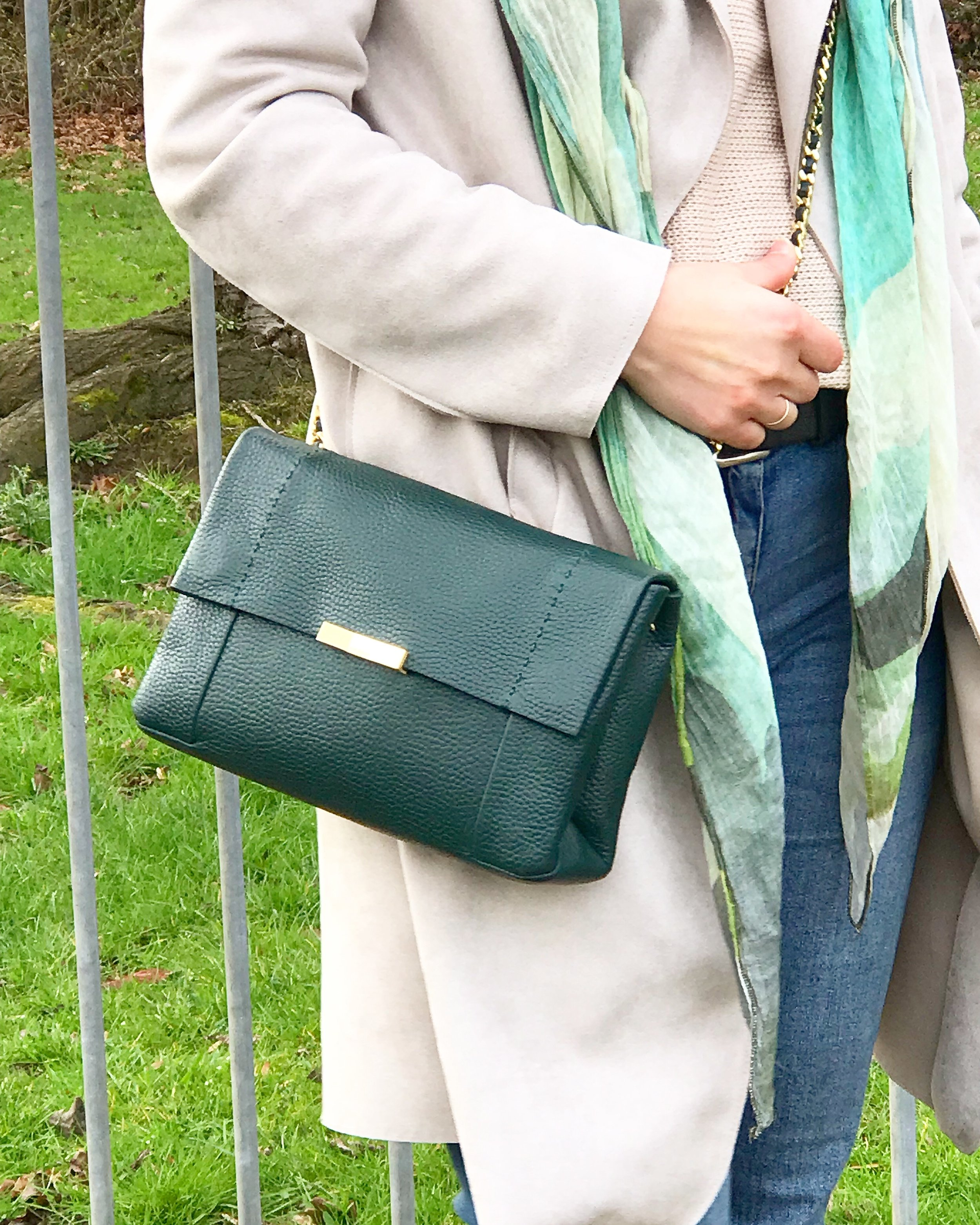 I used to wear only big bags… now I'm in love with crossbody bags and this one is perfect! It was a Christmas present. It's the perfect size and shape! Obviously when I go to work I always take a backpack with me too! Lol! Why do we always have to carry so much stuff with us?