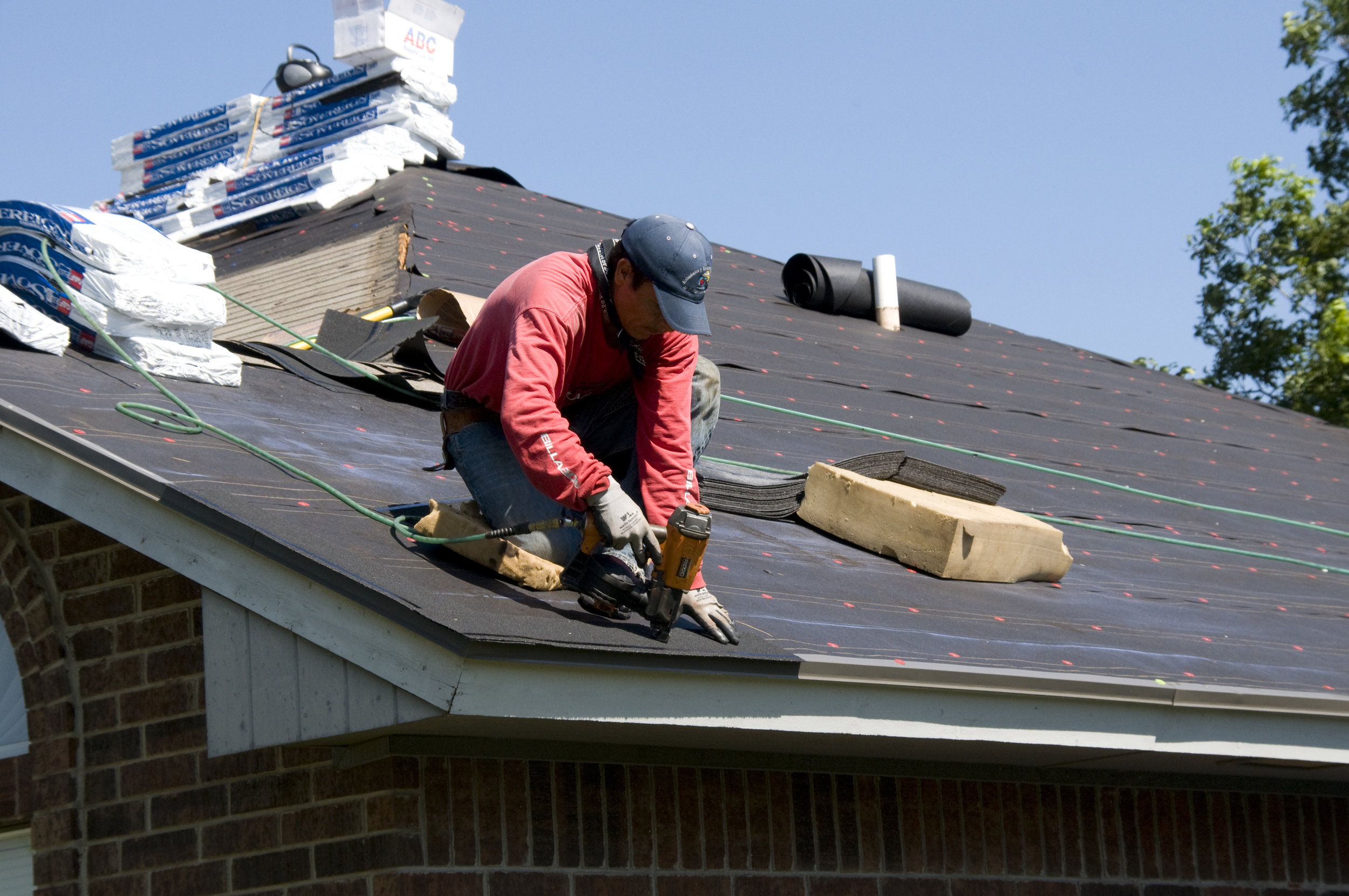Roofer-Doing-Roof-Replacement-in-Frisco-TX.jpg