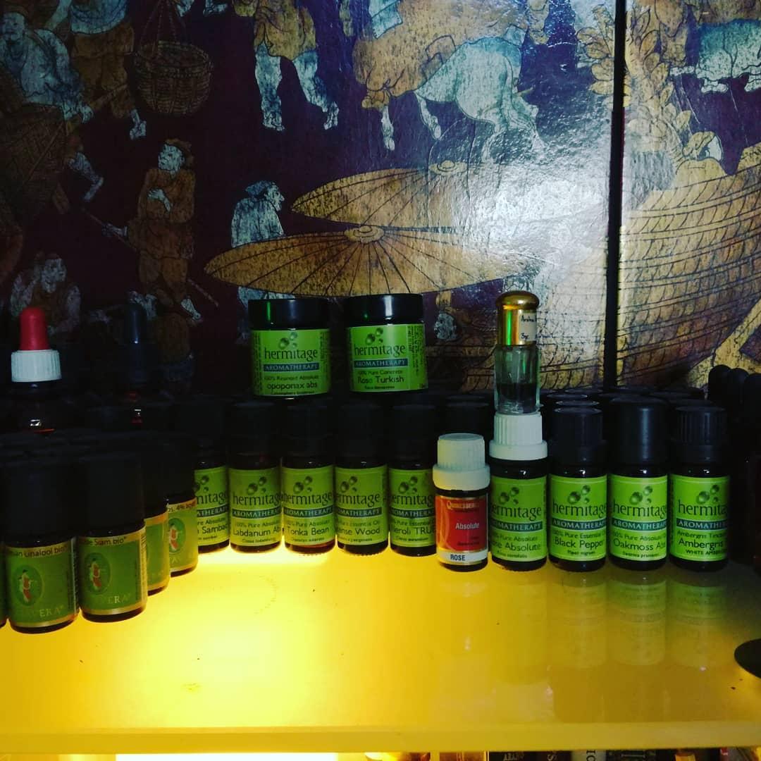 Einiges der Materialen die ich benutze, Primavera Bio-Ätherische Öle, Hermitage Aromatherapy Gestufte Blumen Absolute, Äth.Öle, Harze, Resinoiden, Blumen Wachs, Natürliche Isolate.