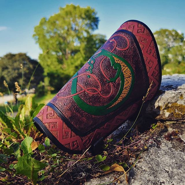 🇸🇪 Ett gäng timmar senare blev armskyddet klart. Kom och se den på medeltidsveckan 😍 🇬🇧 A few hours later I finished the bracer. Come and see it during the medieval week 😍 . . . #viking #skinn #läder #smide #läderslöjd #läderarbeten #läderhantverk #leatherwork #leatherworks #customdesigns #design #art #gotland #leatherarmor #bracers #rustning #hantverk #handgjort #handmade #vikings #vikingstyle #pagan
