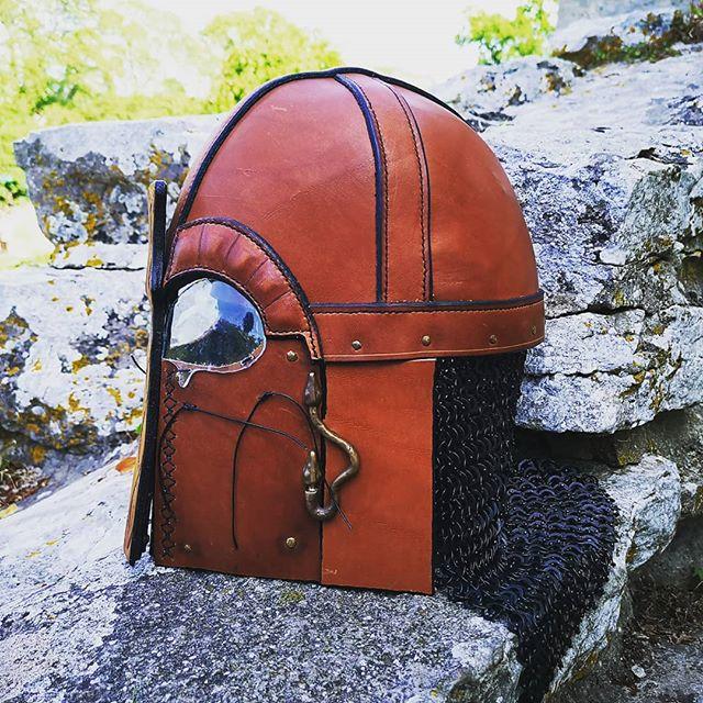 🇸🇪 Sista bilden på vikinga svets/gjut hjälmen med öppningsbar front 😍 🇬🇧 The last picture of the Viking weld / cast helmet with openable front 😍 . . . #skinn #läder #design #presenttips #present #handgjort #handmade #hantverk #läderslöjd #läderarbeten #läderhantverk #leatherwork #leatherworks #customdesigns #design #art #leathercraft #leathercrafts #viking #vikings #vikingcraft #vikingcrafts #medeltid #pagan #scandinavian