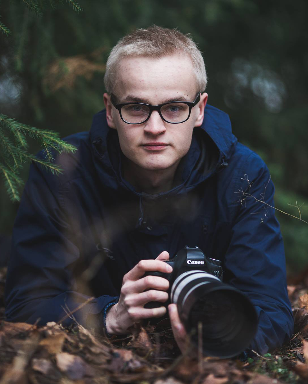 Ossi Saarinen - 22-vuotias villieläimiin erikoistunut luontokuvaaja, jonka kuvat ovat nousseet valtavaan suosioon sosiaalisessa mediassa. Julkaissut kirjan eläinten kuvaamisesta. Valokuvanäyttely Helsingin keskustassa.Instagram: @soosseliFacebook: @ossisaarinenwildlifephotography