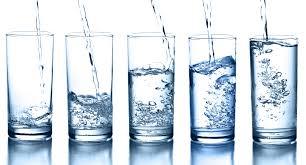 Glas med vand overfyldt.jpg