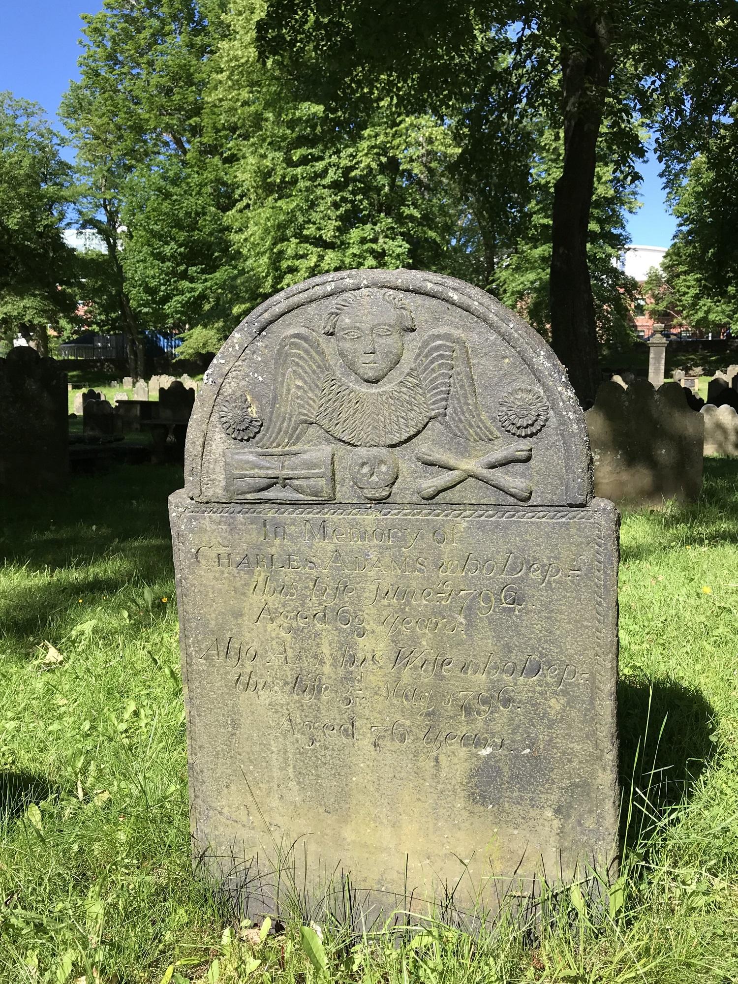 古い墓地にある墓石