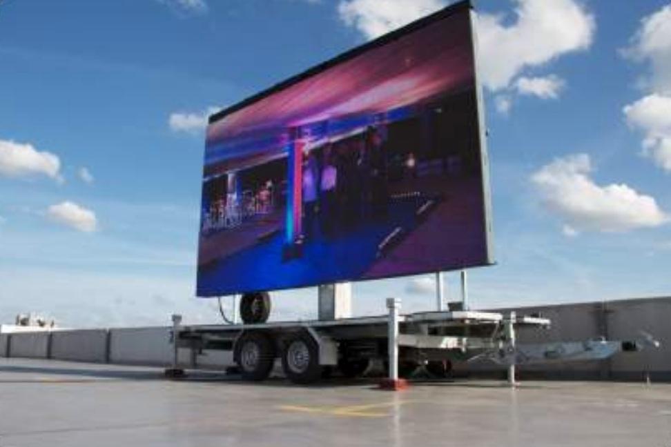 Op elke locatie - Een led-scherm plaatsen langs de weg, op een parkeerplaats, een evenement of bij verschillende vestigingen van uw organisatie?Met een mobiel led-scherm brengt u uw boodschap letterlijk tot bij uw doelgroep. Het scherm wordt gemonteerd op een trailer, die u kan plaatsen waar u maar wil.