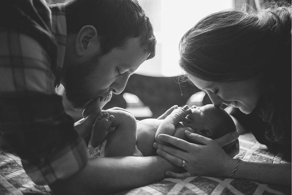 newborn photography black and white mom dad baby kisses