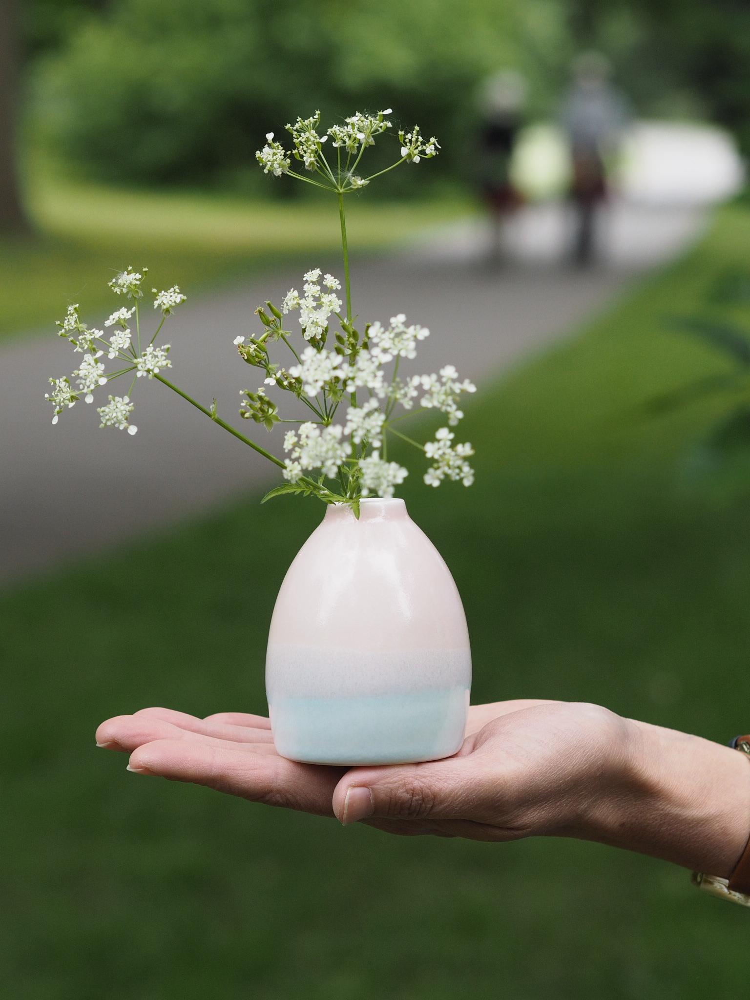 Close-up of the sun-rise vase at Kew Gardens. (Hand model Kate of  @graceandflora )