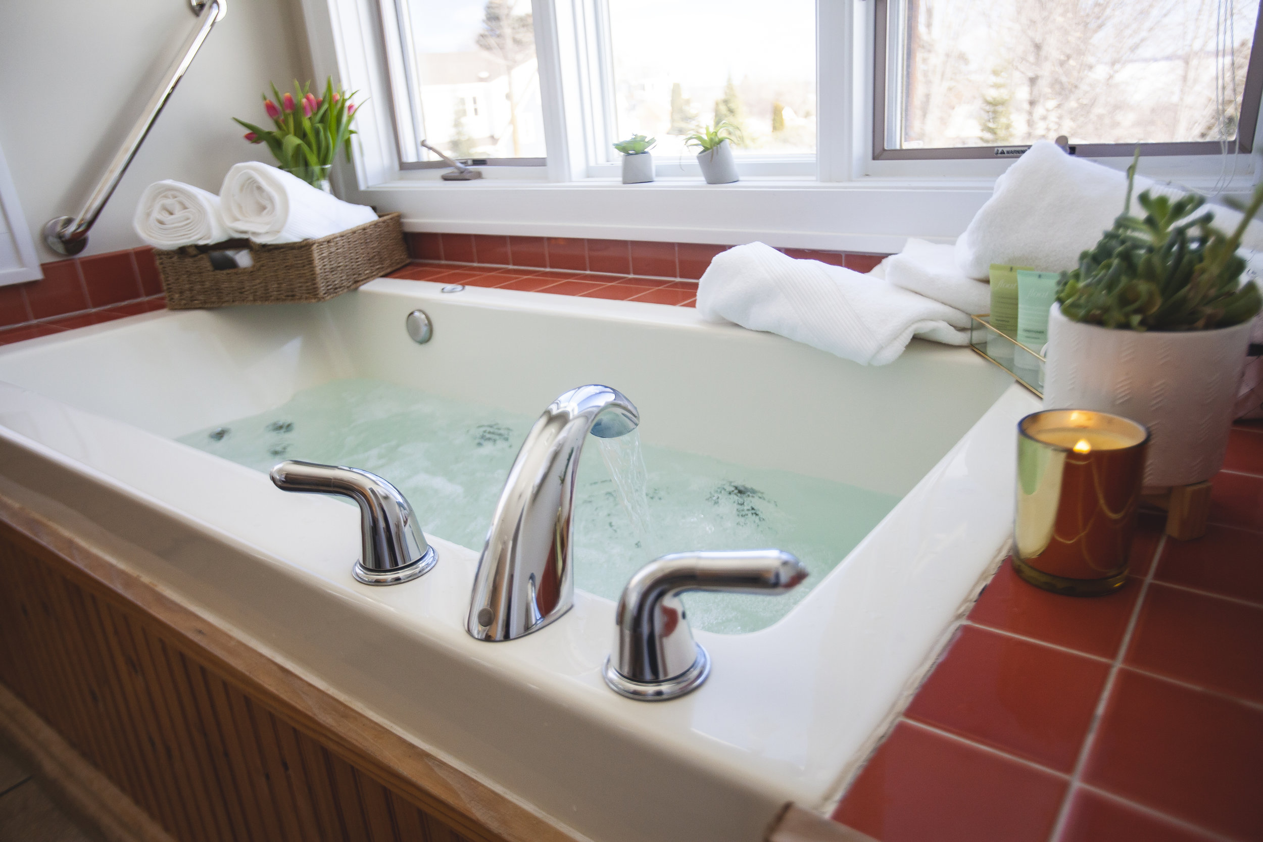 STEEPLE HILL FLATSSuperior + Uptown - DOWNTOWN BAYFIELD from $140Luxe Spa-inspired downtown suites overlooking downtown with panoramic Lake Superior and Apostle Island views. Private covered decks and Whirlpool tubs in each serene flat.