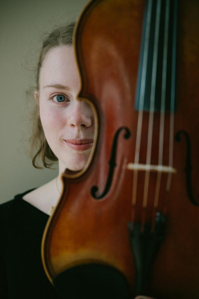 Bela Strings violinist