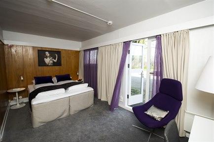 Moderate Dobbel, fra 783 NOK - Plass til: 2 personer // Størrelse: 12 m²2 Jensen enkeltsenger, 100 cm brede. Enkelt og komfortabelt rom med direkte tilgang til grøntområder fra rommet. Nyoppussede baderom.