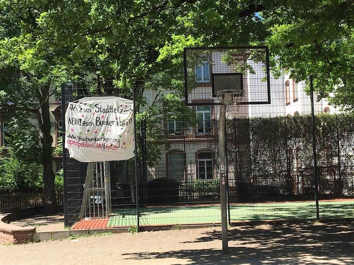 Das erste selbst gemalte Banner, mehrfach abgerissen und jetzt hängt es wieder - etwas lädiert und ramponiert, aber immerhin…