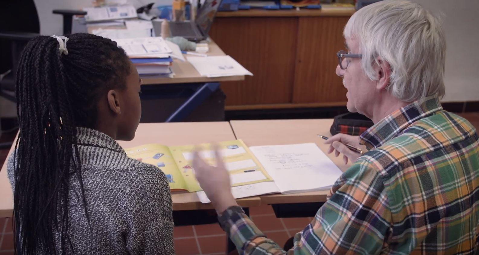 Dirk Severyns, tutor bij de Puzzel - Mechelen, aan het werk met een leerling van de Puzzel