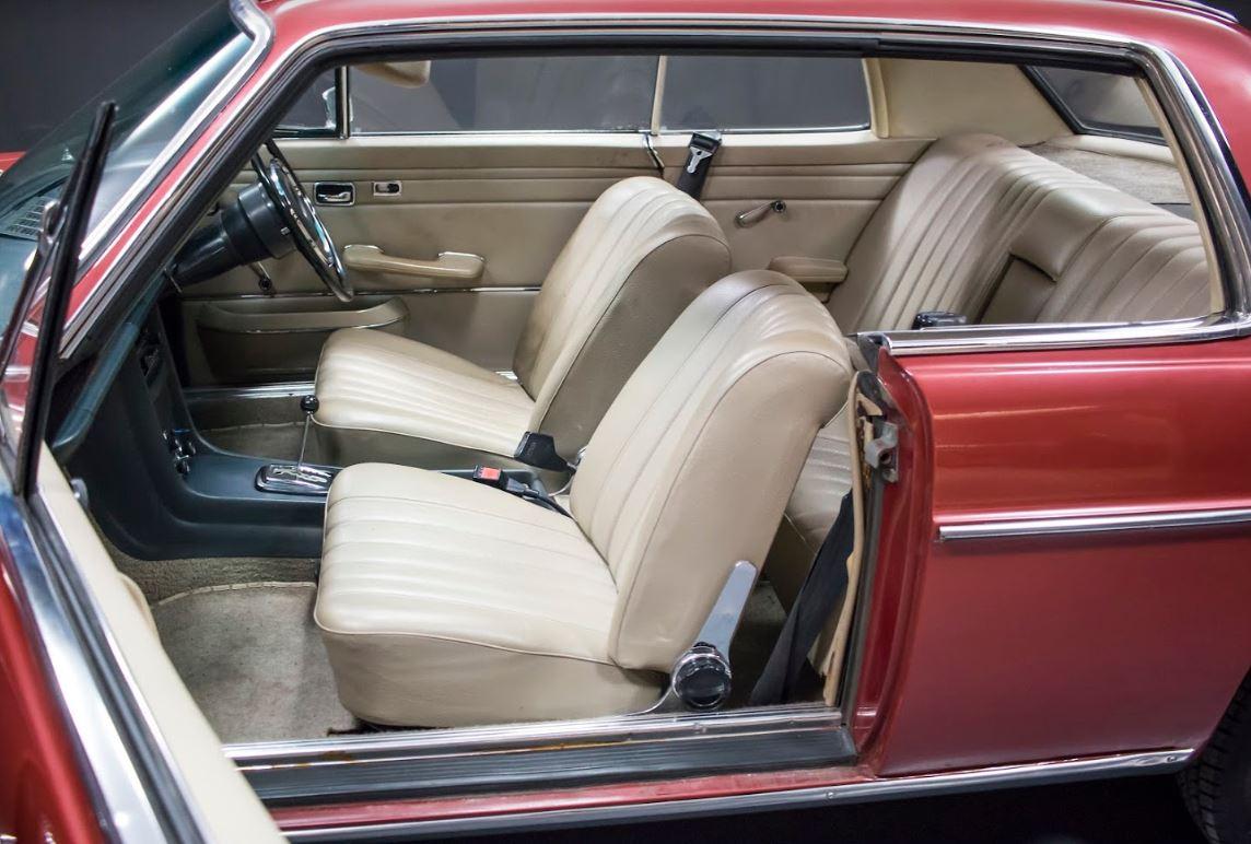 El interior se encuentra en bastante buen estado, dada la edad del coche