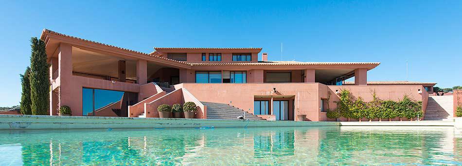 Casa principal de La Nava del Barranco con su maravillosa piscina
