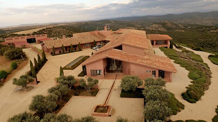 La casa se encuentra situada en lo alto de un monte con unas vista privilegiadas