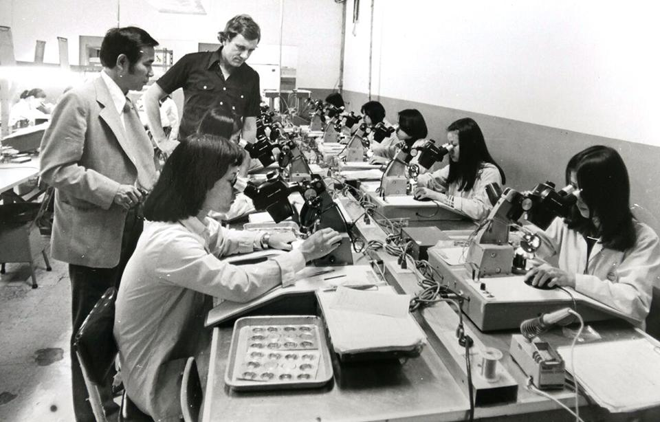 Max René makes an inspection at the assembly line in Taiwan in 1977 for his first watch collection.