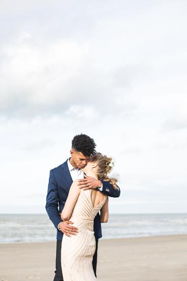 jeunes mariés sur la plage de dunkerque le jour de leur mariage.jpg