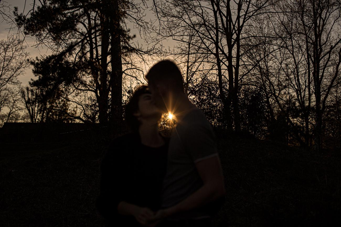 silhouette de deux amants s'embrassant sous un coucher de soleil en contre-jour pendant une séance photo couple d'1h en extérieur, jardin mallet-steven de marcq en baroeul.jpg