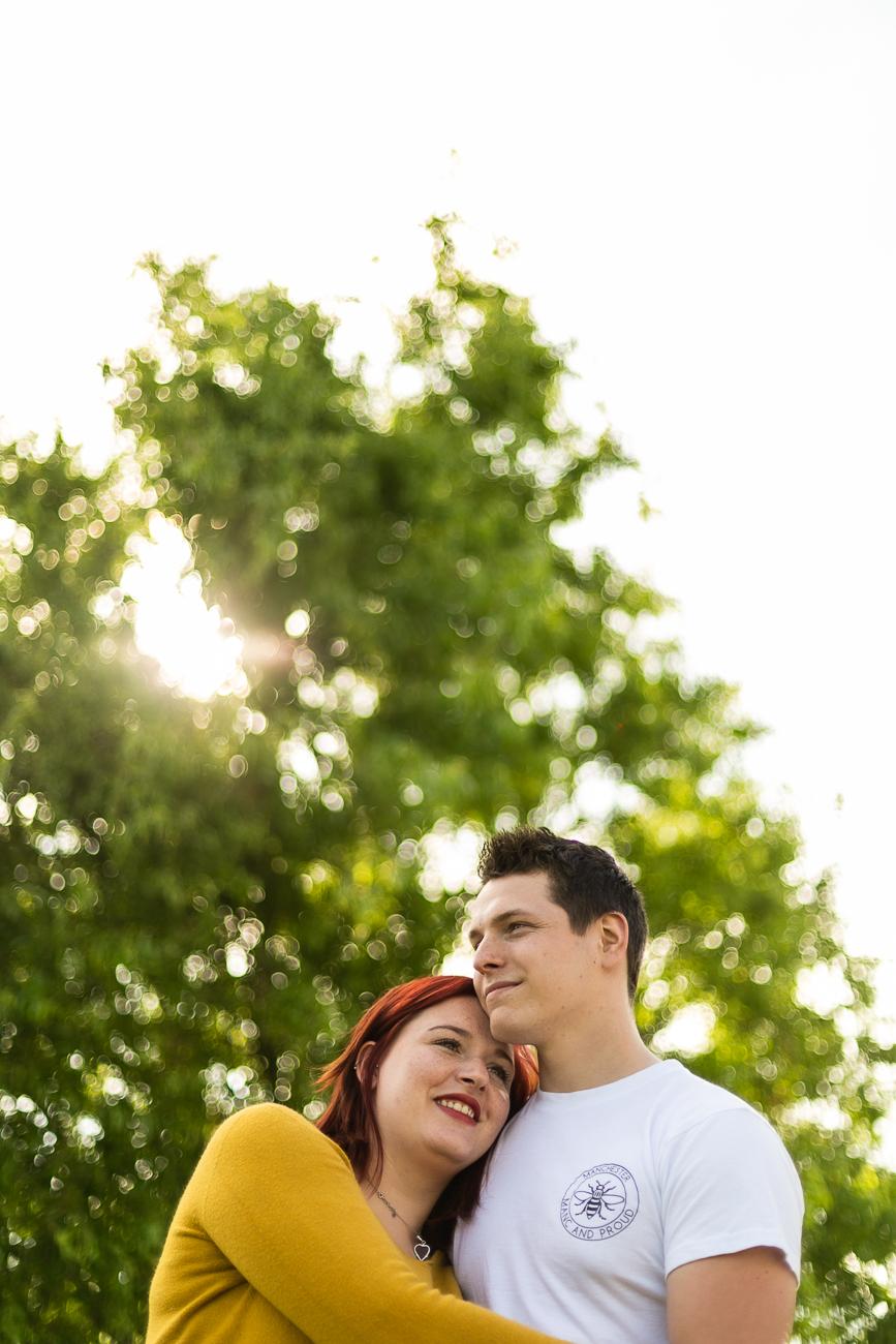 couple s'enlaçant au soleil à la cité nature d'arras pendant une séance photo couple.jpg