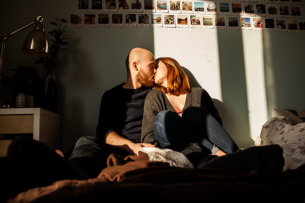 baiser de couple dans la chambre pendant une séance photo couple à domicile à lille.jpg