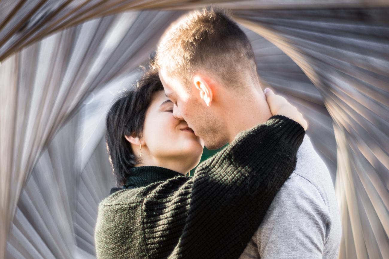couple s'embrassant pendant une séance photo couple d'1h en extérieur, dans le jardin mallet-steven de marcq en baroeul.jpg.