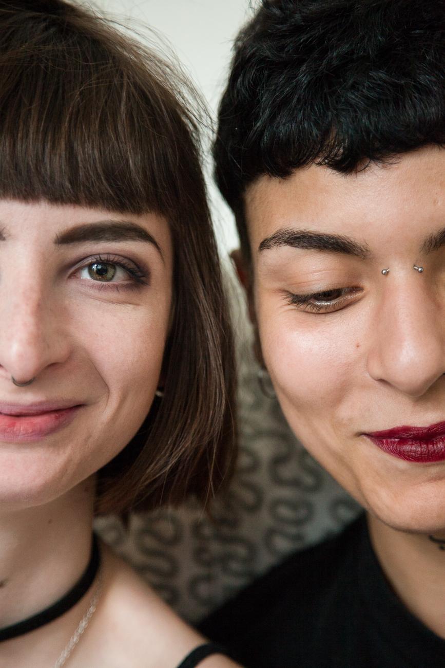 couple de jeunes femmes souriantes pendant une séance photo couple à domicile, à lille.jpg