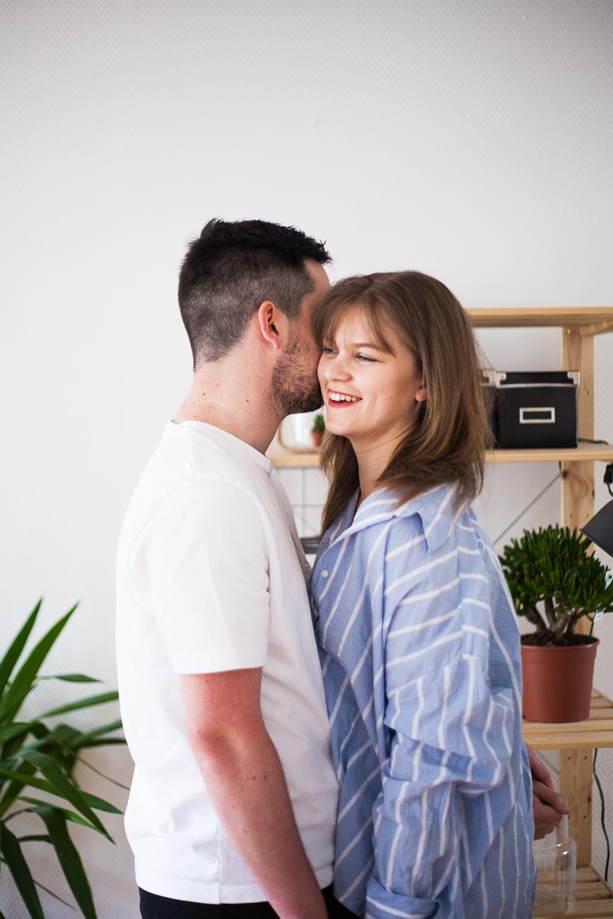 couple d' amoureux riant pendant une séance photo couple à lille.jpg