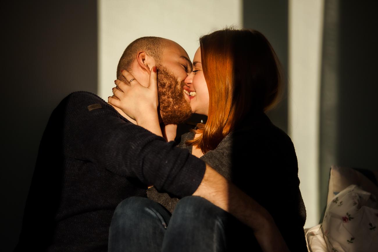 baiser de couple dans la chambre pendant une séance photo couple à domicile à lille centre.jpg