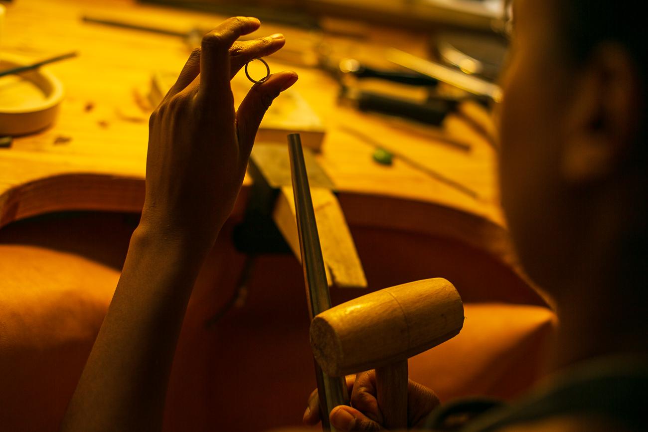 détail d'une creatrice de bijoux lilloise au travail- Atelier Armoure - prestation pour les professionnels séance photo portrait artisan.jpg