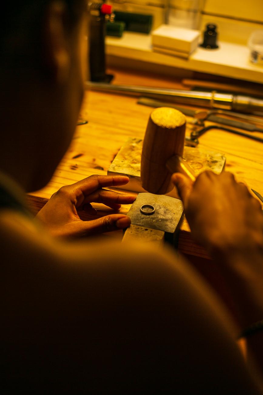 gestes au marteau d'une creatrice de bijoux lilloise au travail- Atelier Armoure - prestation pour les professionnels séance photo portrait artisan.jpg
