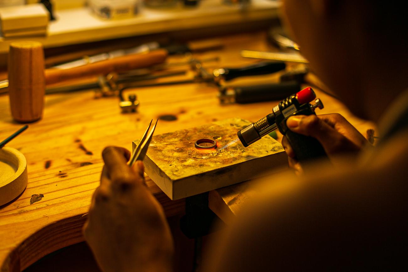 gestes d'une creatrice de bijoux lilloise au travail- Atelier Armoure - prestation pour les professionnels séance photo portrait artisan à lille centre.jpg