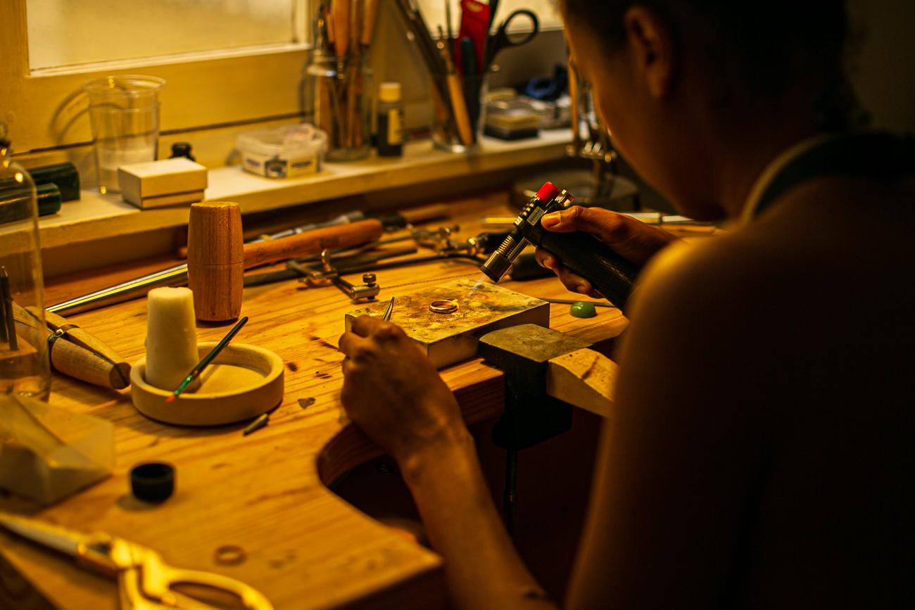 gestes d'une creatrice de bijoux lilloise au travail- Atelier Armoure - prestation pour les professionnels séance photo portrait artisan.jpg