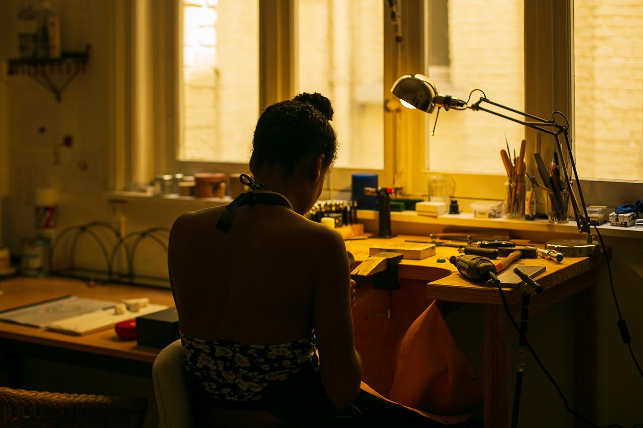 photo d'une creatrice de bijoux lilloise au travail de dos - Atelier Armoure - prestation pour les professionnels séance photo portrait artisan.jpg