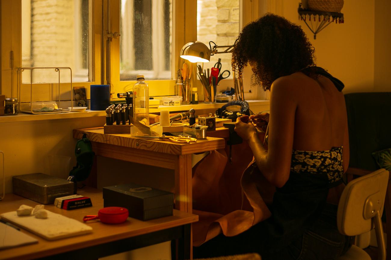 photo d'une creatrice de bijoux lilloise au travail- Atelier Armoure - prestation pour les professionnels séance photo portrait artisan à lille centre.jpg