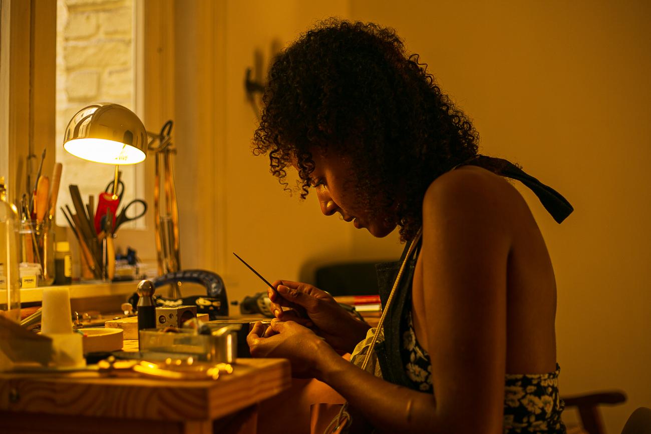 photo d'une creatrice de bijoux lilloise au travail- Atelier Armoure - prestation pour les professionnels séance photo portrait artisan à lille.jpg