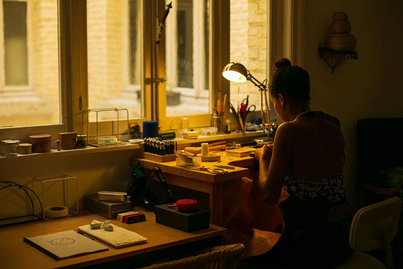 photo d'une creatrice de bijoux lilloise au travail- Atelier Armoure - prestation pour les professionnels séance photo portrait artisan.jpg