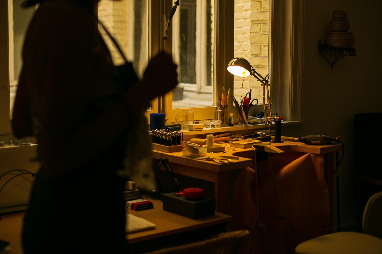 photo de l'atelier d'une creatrice de bijoux lilloise - Atelier Armoure - prestation pour les professionnels séance photo portrait artisan.jpg