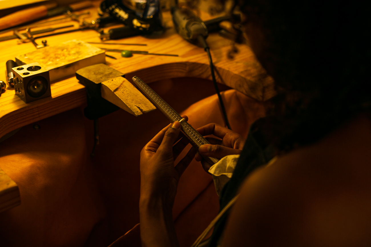 plan rapproché d'une creatrice de bijoux lilloise au travail- Atelier Armoure - prestation pour les professionnels séance photo portrait artisan.jpg