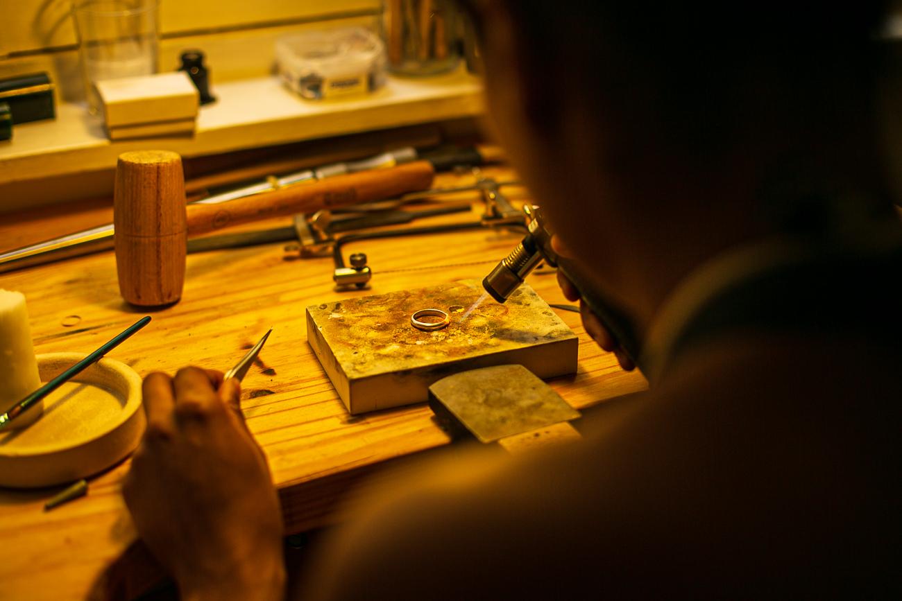 plan sérré d'une creatrice de bijoux lilloise au travail- Atelier Armoure - prestation pour les professionnels séance photo portrait artisan à lille.jpg