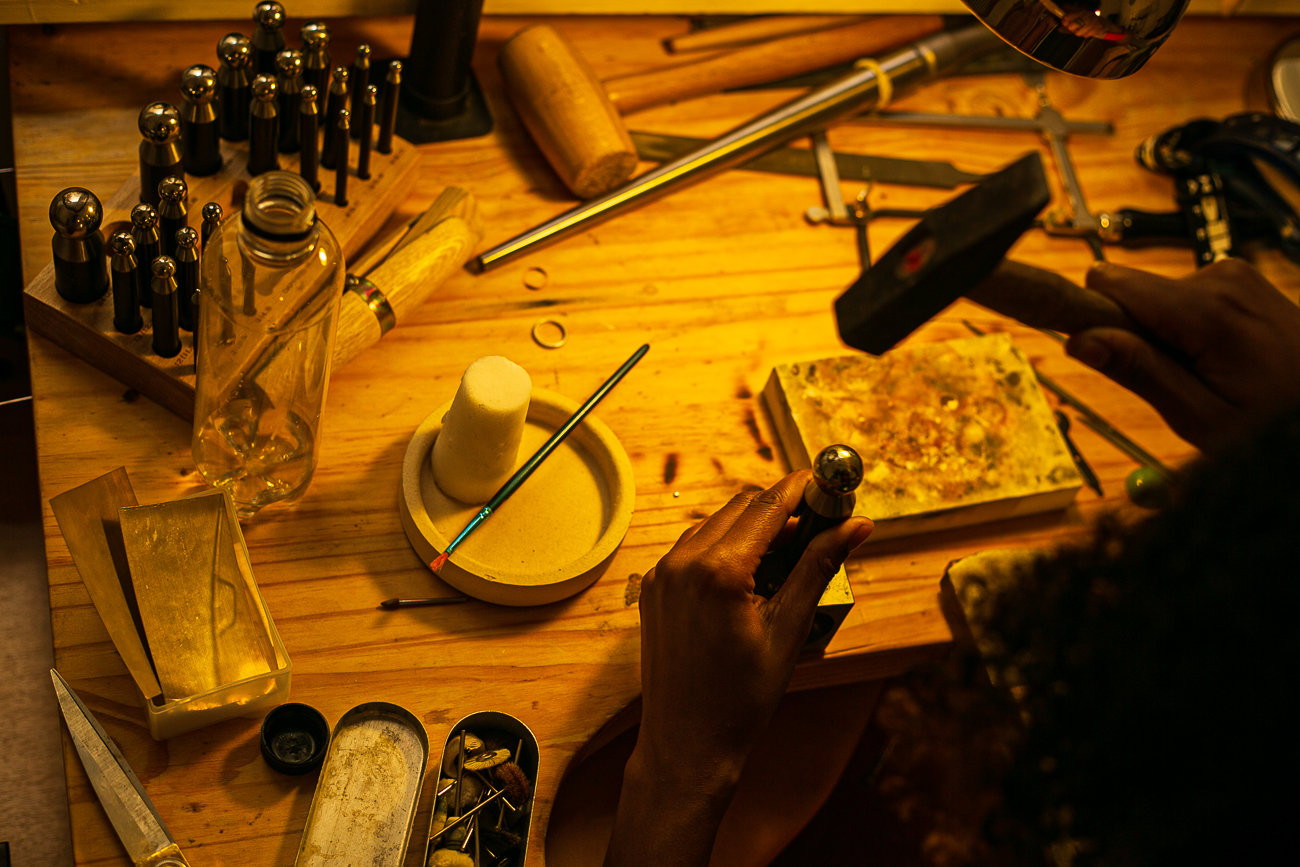 plan sérré d'une creatrice de bijoux lilloise au travail- Atelier Armoure - prestation pour les professionnels séance photo portrait artisan.jpg