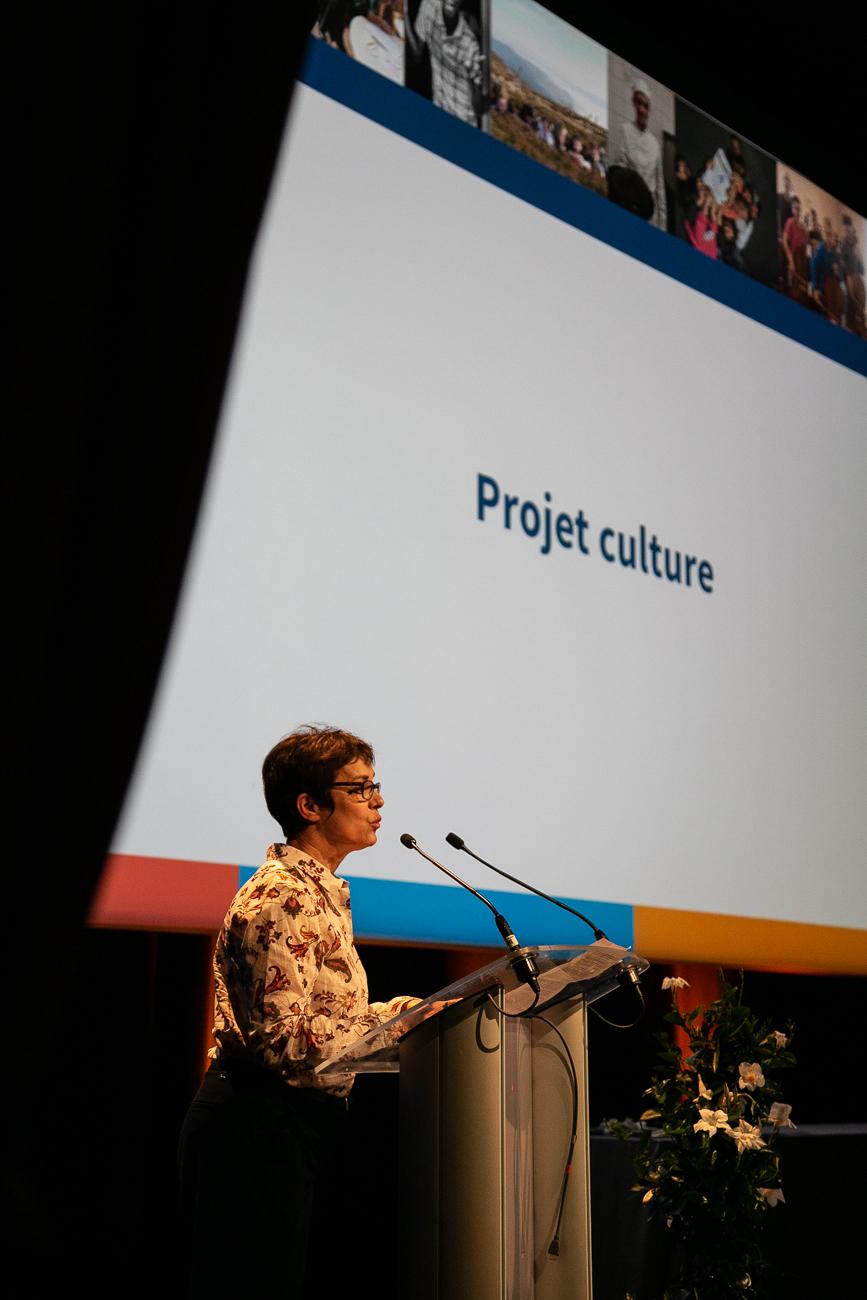 catherine de broucker, administrative, présente le projet culture pendant  l'ag - photoreportage assemblée générale de l'ALEPA.jpg
