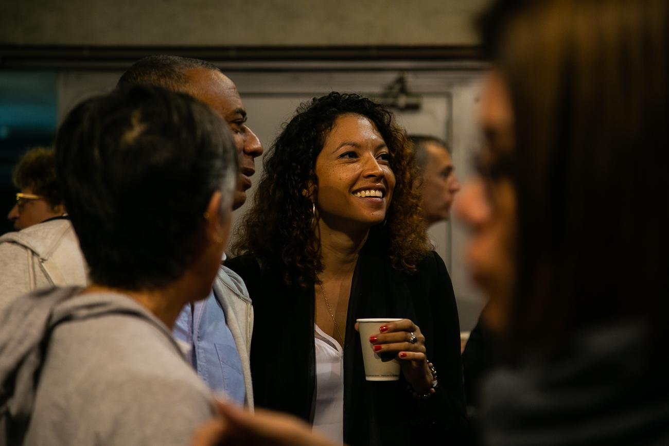invitée souriante au pendant le café de bienvenue au grand palais de lille - photoreportage - assemblée générale de l'ALEPA.jpg