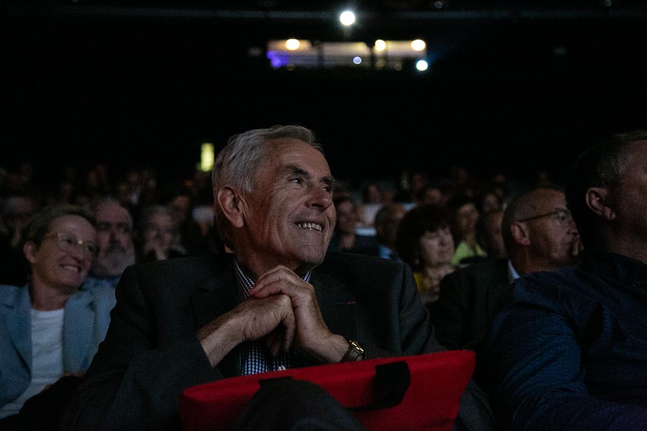 un homme conquis dans le public pendant le discours d'entrée du président au grand palais de lille - photoreportage - assemblée générale de l'ALEPA.jpg