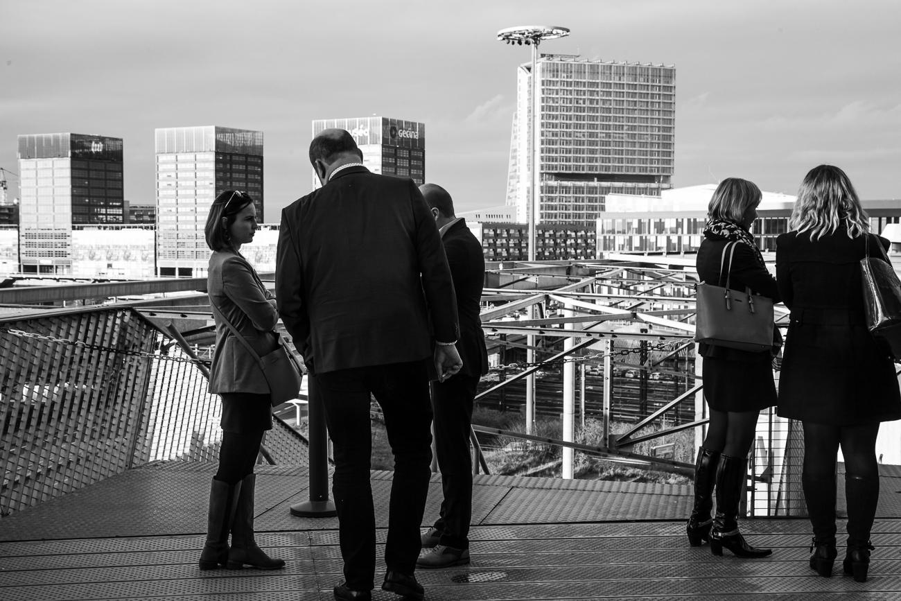 collaborateurs sur la terasse du grand palais homme charismatique sous la lumière - photoreportage pour gan patrimoine, convention nationale 2018 au grand palais de lille.jpg