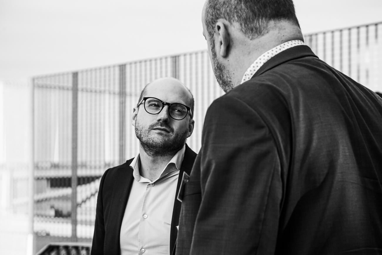 invités homme charismatique sous la lumière - photoreportage pour gan patrimoine, convention nationale 2018 au grand palais de lille.jpg
