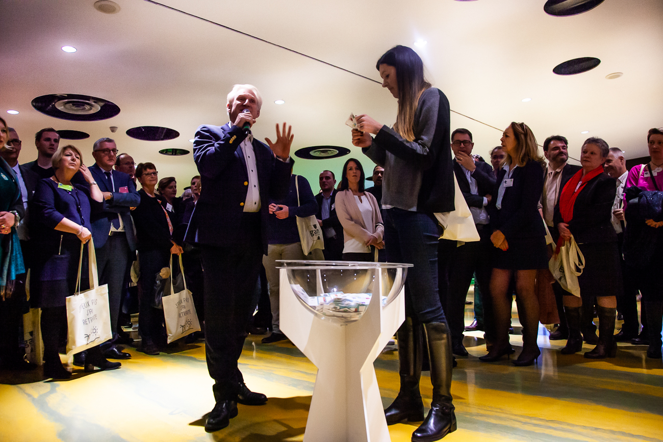 tirage au sort homme charismatique sous la lumière - photoreportage pour gan patrimoine, convention nationale 2018 au grand palais de lille.jpg