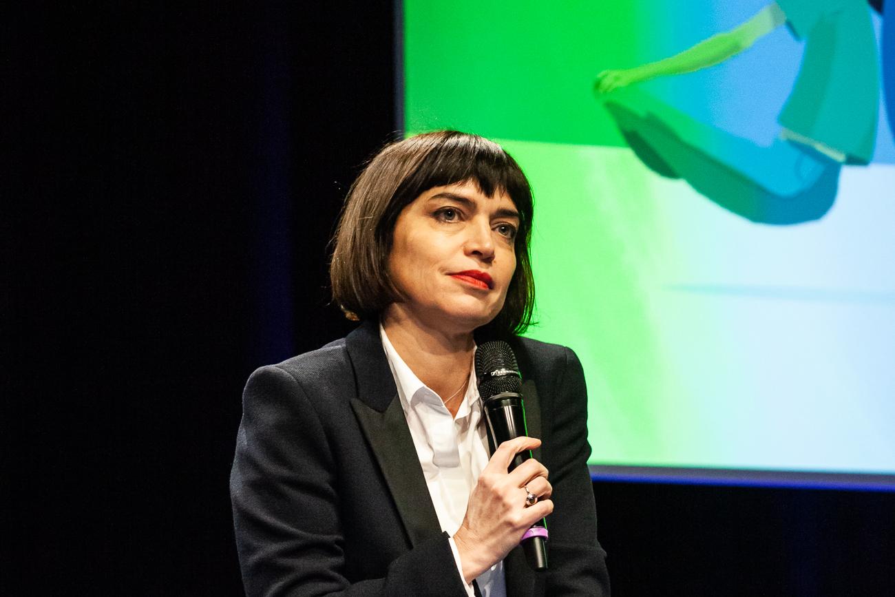 une invitée de la table ronde parle au micro - photoreportage pour gan patrimoine, convention nationale 2018 au grand palais de lille.jpg
