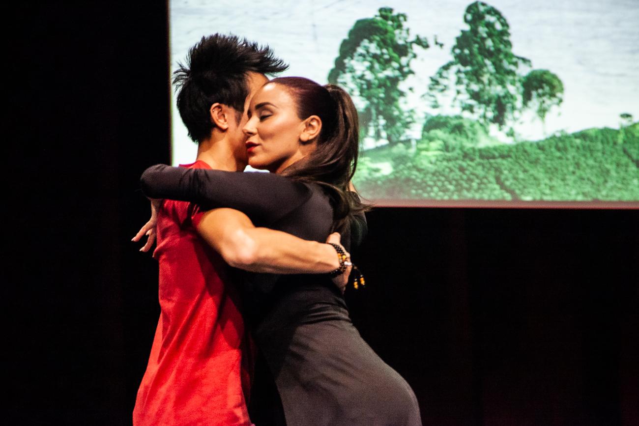 danseurs collombiens homme charismatique sous la lumière - photoreportage pour gan patrimoine, convention nationale 2018 au grand palais de lille.jpg