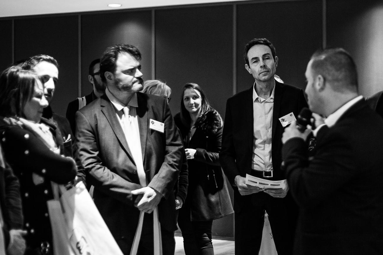 un invité concentré pendant un atelier homme charismatique sous la lumière - photoreportage pour gan patrimoine, convention nationale 2018 au grand palais de lille.jpg