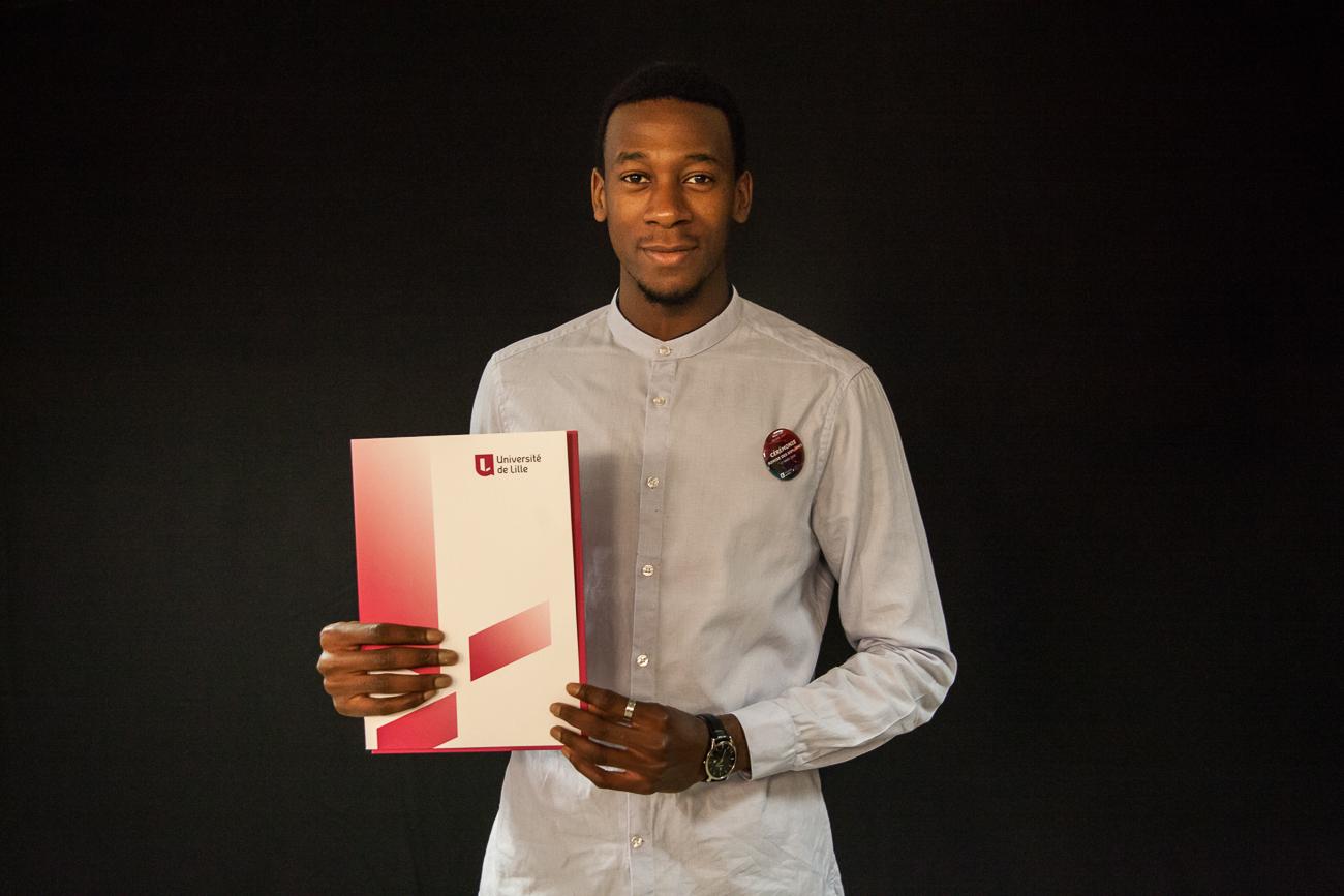 jeune diplômés pose fièrement avec son diplôme -photoreportage remise des diplômes université lille 1.jpg